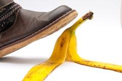 Vrouwen die in bruine leerschoen op banaan de stappen pellen Royalty-vrije Stock Afbeelding