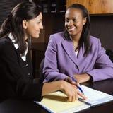 Vrouwen die in bureau werken stock foto