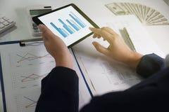 Vrouwen die in bureau werken financiële analyse met grafieken op tablet voor bedrijfs, boekhoudings, verzekerings of financiëncon royalty-vrije stock foto