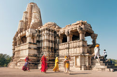 Vrouwen die in de Indische kleding van Sari op Hindoese tempels in Madhya Pradesh letten De Plaats van de Erfenis van de Wereld v Stock Afbeelding