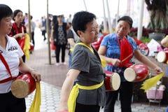 Vrouwen die de trommel van China spelen Stock Foto's
