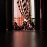 Vrouwen die in deuropening rusten Royalty-vrije Stock Foto's