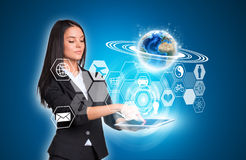 Vrouwen die digitale tablet en Aarde met zeshoeken gebruiken Royalty-vrije Stock Foto's