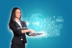 Vrouwen die digitale tablet en cirkels gebruiken met Royalty-vrije Stock Afbeeldingen