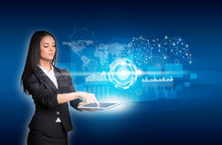 Vrouwen die digitale tablet en cirkels, rechthoeken gebruiken Stock Foto