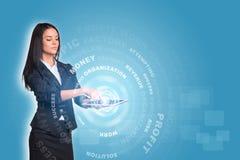 Vrouwen die digitale tablet en gloedcirkels gebruiken met Royalty-vrije Stock Foto