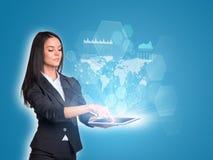 Vrouwen die digitale tablet en wereldkaart gebruiken met Royalty-vrije Stock Afbeelding