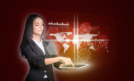 Vrouwen die digitale tablet en wereldkaart gebruiken met Stock Fotografie