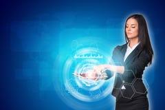 Vrouwen die digitale tablet en wereldkaart gebruiken met Stock Afbeeldingen
