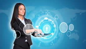 Vrouwen die digitale tablet en wereldkaart gebruiken met Stock Afbeelding