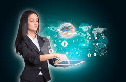 Vrouwen die digitale tablet gebruiken en Stock Afbeeldingen
