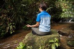 Vrouwen die door de rivier mediteren Royalty-vrije Stock Afbeeldingen