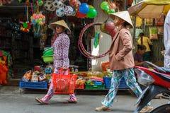 Vrouwen die door een Mekong Deltastraatmarkt lopen in Nga-Baai, V Stock Afbeeldingen