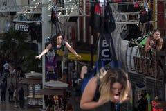 Vrouwen die door lucht op pitlijn de stad in vliegen in Las Vegas royalty-vrije stock afbeeldingen