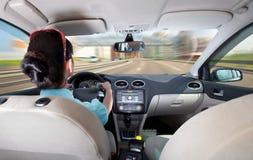 Vrouwen die een auto drijven Stock Afbeelding