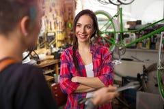 Vrouwen die in een fietsreparatiewerkplaats werken Stock Afbeeldingen