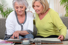 Vrouwen die een fotoalbum bekijken Stock Fotografie