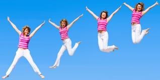 Vrouwen die in een groep springen Stock Afbeeldingen
