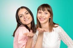 Vrouwen die een kus blazen bij u Stock Foto