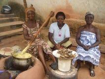 Vrouwen die een maaltijd in Ghana voorbereiden Stock Fotografie