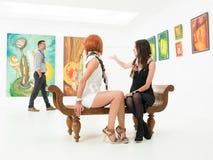 Vrouwen die een man in een kunstgalerie bewonderen royalty-vrije stock foto