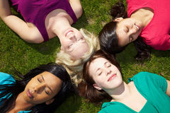 Vrouwen die in een park rusten Stock Fotografie