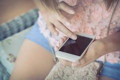 Vrouwen die een slimme telefoon met behulp van Stock Afbeelding