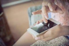 Vrouwen die een slimme telefoon met behulp van Stock Fotografie
