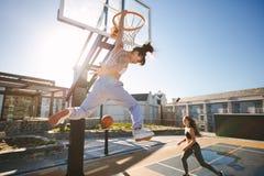 Vrouwen die een streetball spelen royalty-vrije stock fotografie