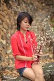 Vrouwen die en droge bloemen zitten houden Royalty-vrije Stock Fotografie