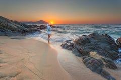 Vrouwen die en op mooie zonsopgang bevinden zich letten Stock Afbeeldingen