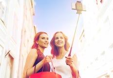 Vrouwen die en selfie door smartphone winkelen nemen Royalty-vrije Stock Foto