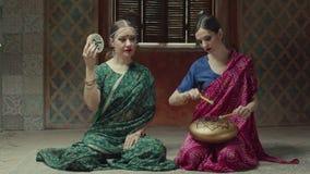 Vrouwen die etnische Indische muzikale instrumenten spelen stock videobeelden