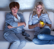 Vrouwen die film kijken Stock Afbeeldingen