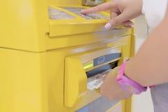 Vrouwen die geld van ATMs drukken royalty-vrije stock foto