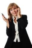 Vrouwen die gelijktijdig op twee telefoons spreken stock foto's