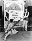 Vrouwen die Gelukkig Nieuwjaar met reusachtige pen schrijven (Alle afgeschilderde personen leven niet langer en geen landgoed bes Royalty-vrije Stock Foto's