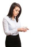 Vrouwen die geneeskunde gieten in hand Stock Foto's