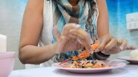 Vrouwen die geroosterde garnalen of garnaal pellen stock video