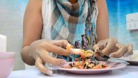 Vrouwen die geroosterde garnalen of garnaal pellen stock footage