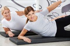 Vrouwen die geschiktheid opleiding in gymnastiek doen Royalty-vrije Stock Foto