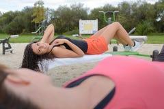 Vrouwen die geschiktheidsmateriaal in park met behulp van stock afbeelding