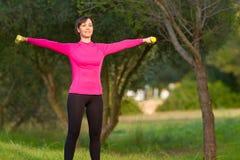 Vrouwen die gewichtheffen in openlucht doen Stock Afbeeldingen