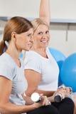 Vrouwen die in gymnastiek uitwerken stock afbeeldingen