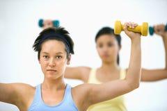 Vrouwen die handgewichten opheffen Stock Afbeelding