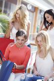 Vrouwen die het winkelen zak onderzoeken Royalty-vrije Stock Afbeeldingen