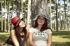Vrouwen die hoeden dragen Royalty-vrije Stock Foto's