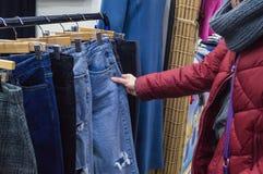 Vrouwen die jeans kopen stock foto's
