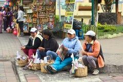 Vrouwen die Kaarsen verkopen bij Kathedraal in Banos, Ecuador stock afbeelding