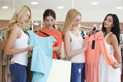 Vrouwen die kleding kiezen Stock Afbeelding